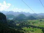 Tegelbergbahn: Links sieht man Schloss Neuschwanstein und im Hintergrund den Alpsee von einer Gondel der Tegelbergbahn aus aufgenommen.