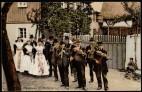 Reproduktion: Jürgen Matschie: Oberlausitz, um 1900, Postkarte Ständige Ausstellung: Traditionen und Brauchtum: Sorbisch-katholischer Hochzeitszug mit Bermisch's Musikkapelle aus Dreikretscham (os. Haslow).